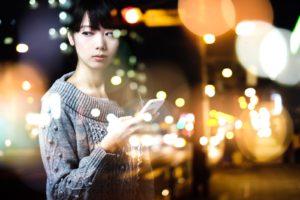 【姫路】結婚相談所 ロビンソン・パートナーズ【神戸】スマホを持つ女性_パーティクル
