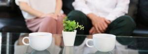 【姫路】結婚相談所 ロビンソン・パートナーズ【神戸】トップ_スライダー_ソファに座る男女