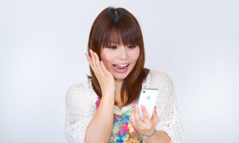 【姫路】結婚相談所 ロビンソン・パートナーズ【神戸】ブログ画像_スマホを見て驚く女性